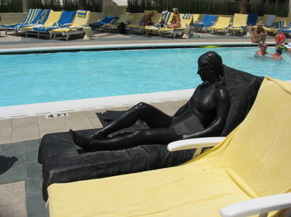 Statue_at_loews_beach_hotel_santa_3
